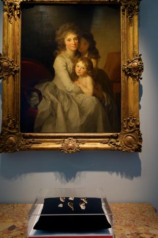 Nella vetrina le  spille orecchie-ritratto di Benjamin Lignel. Sopra un ritratto nel senso più classico