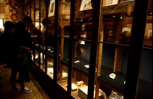 Nell'armadio-vetrina di Mariano Fortuny la mostra di Barbara Paganin