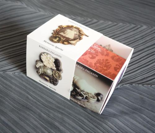 Il gioco della memoria. Il gioco del cubo con le immagini di tutte le spille in mostra al Fortuny e molto di più… Nel bookshop del museo