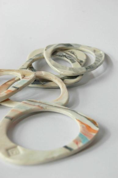 I bracciali LANDSCAPES di porcellana modellata a mano creati da Eleonora Ghilardi
