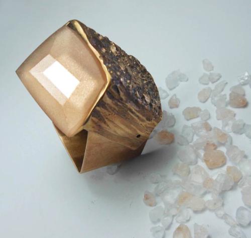 Lo stesso concetto del sale, ma qui con il pepe rosa e soprattutto in bronzo. Geniale! Nicoletta Frigerio, 2015
