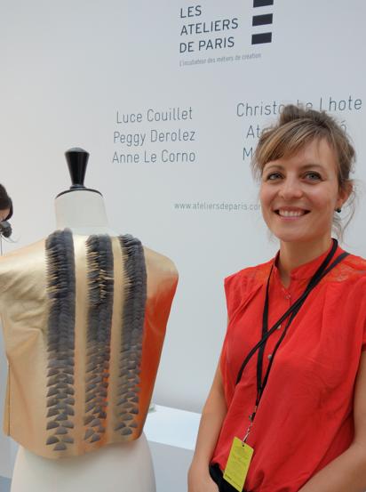 Peggy Derolez e il suo gilet Jinbaori con inserti di piume